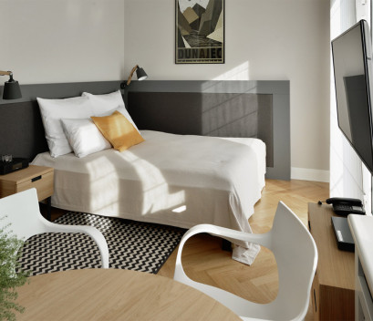 studio-bederoom-bed-yellowe-pillow-tv-table