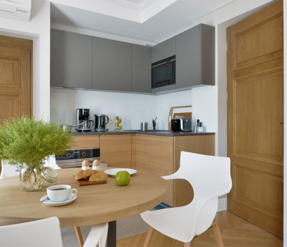 studio-kitchen-and-table-for-a-breakfast