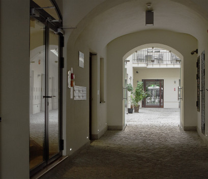 stradonia-courtyard-and-hall-in-the-morning-entrance